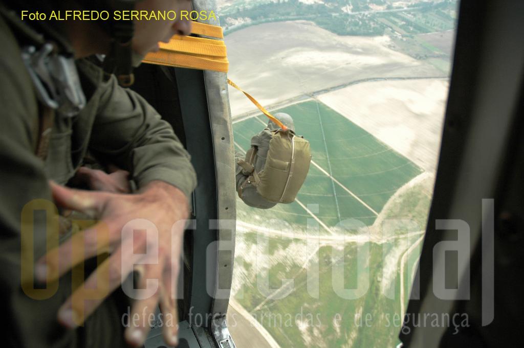 Conhecimentos gerais de operações aerotransportadas, de transporte e desembarque aéreo são ministrados aos futuros oficiais e sargentos das unidades paraquedistas.