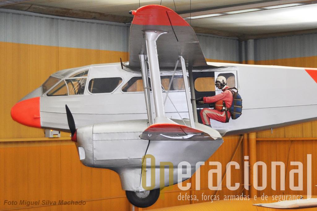"""Um De Havilland """"Dragon Rapide"""" DH 89A (no museu do ar de """"Le Bourget / França), ilustra o modo como se podia saltae em queda-livre desta aeronave."""