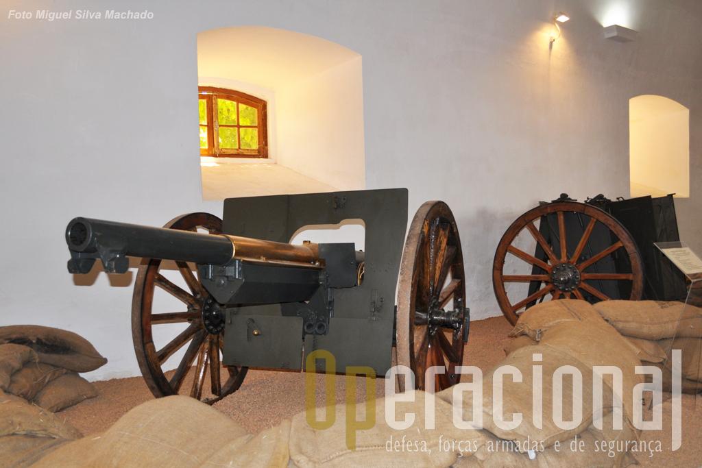 """A célebre e temível peça """"Schneider et Canet"""" 75mm (em segundo plano o armão de transporte de munições – 72 munições) de fabrico francês, usada pelo Corpo Expedicionário Português na 1.ª Guerra Mundial."""