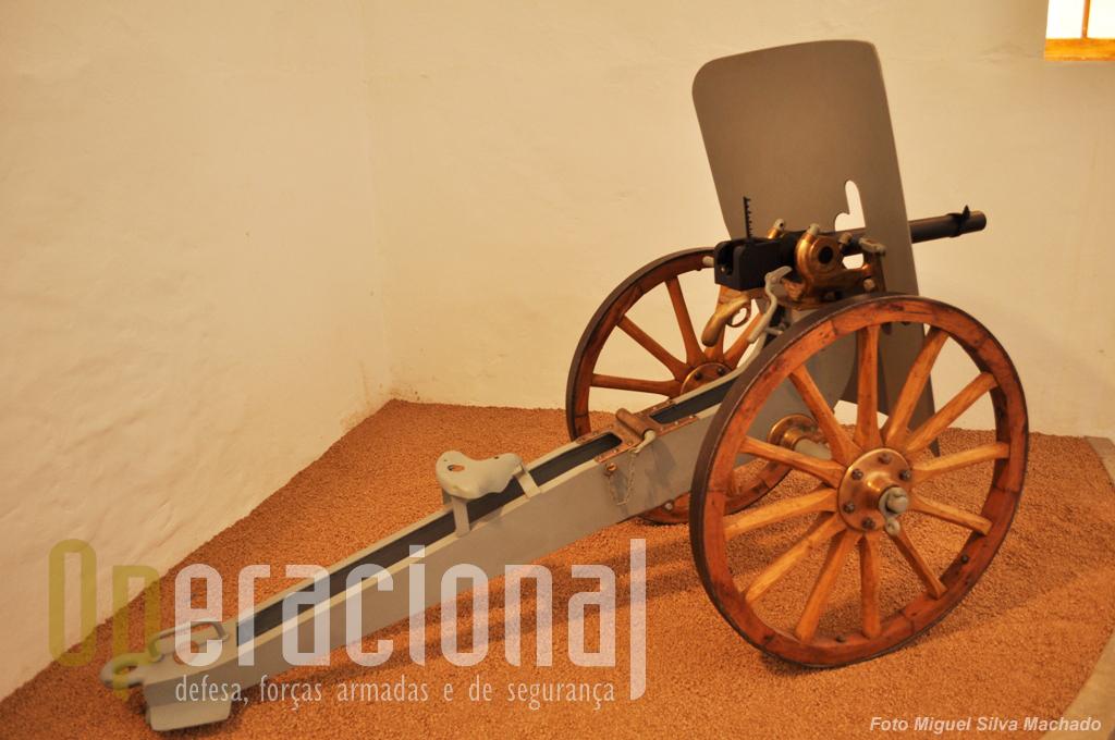 """12.Belo exemplar do canhão revólver """"Hotchkiss"""" de fabrico francês de 1904. Calibre 40mm, o mesmo que hoje um militar dispara acoplado à sua espingarda automática!"""