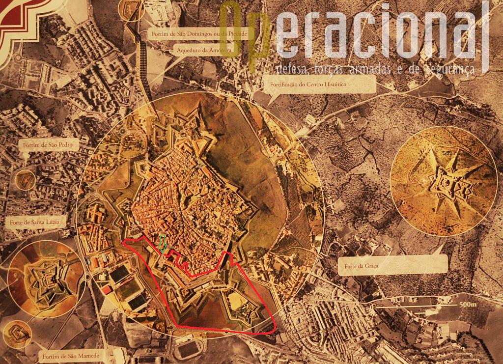 2.As fortificações de Elvas devidamente identificadas e o Museu Militar de Elvas na área envolvida a traço vermelho. São 150.000 metros quadrados, e ¼ de toda a cintura de muralhas da cidade.