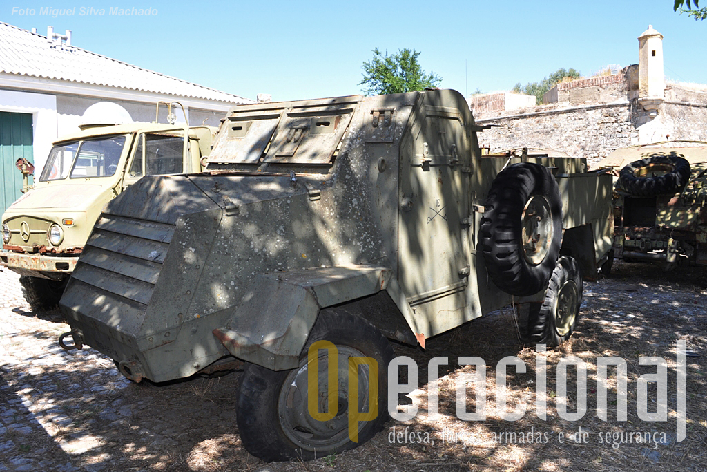 """Mais reservas, em primeiro plano um """"Granadeiro"""", viatura blindada de transporte de tropas """"GM 4X4 TT m/947"""""""