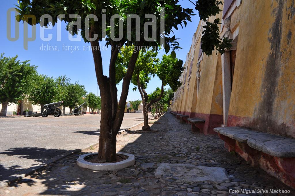 """3.A chamada """"Parada Mouzinho de Albuquerque"""", tendo à direita as antigas Casernas do Quartel da Cavalaria, hoje ocupadas (parcialmente por enquanto) pelo Museu."""