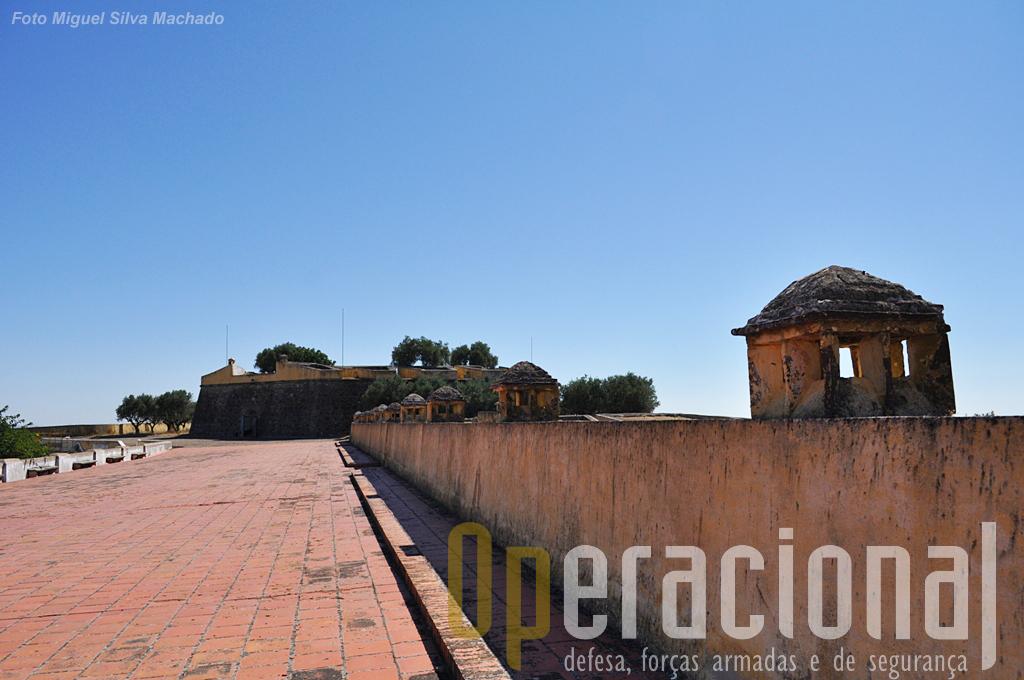 """Tecto das casernas, cada chaminé correspondia a um alojamento, tendo ao fundo uma fortificação denominada """"Cavaleiro do Baluarte do Casarão""""."""