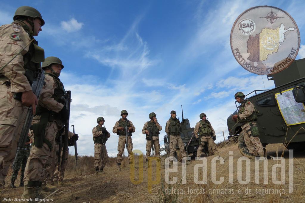 """O sargento Vieira inicia o """"briefing"""" de segurança antes de se iniciar um deslocamento no decorrer do exercício """"Kabul 122"""" na região de Beja. Dentro de 1 mês será em Kabul."""