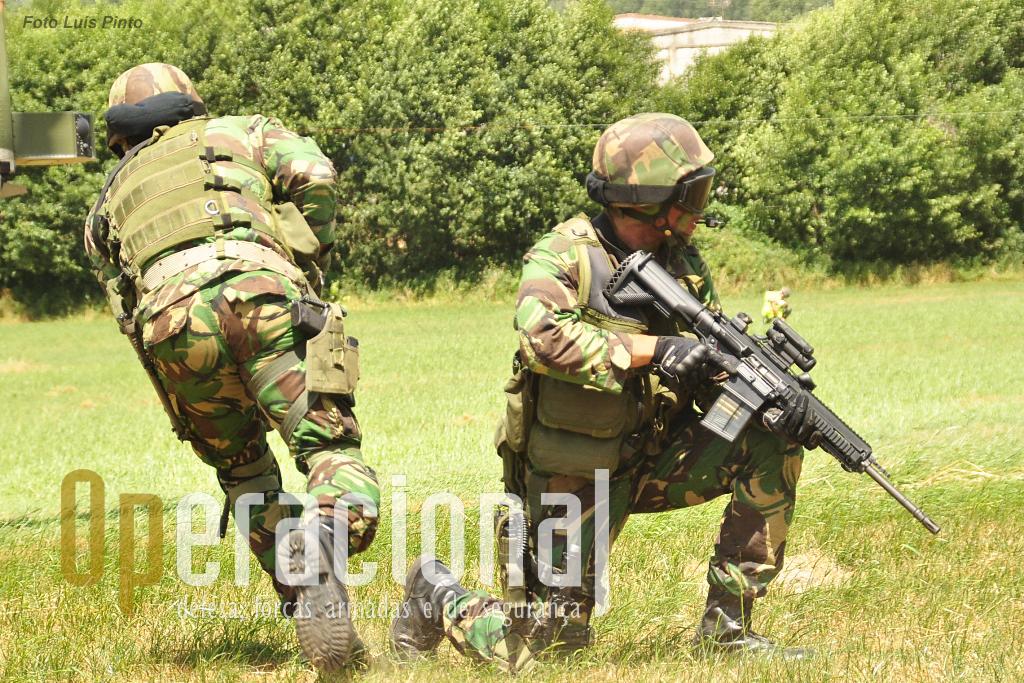 """O concurso para a """"nova arma ligeira"""" que deveria equipar as Forças Armadas Portuguesas foi cancelado. Será no enato que pequenos lotes de armas novas podem ser adquiridas para finalidades pontuais, por exemplo missões exteriores? Na foto a Unidade de Protecção da Força da Força Aérea com uma HK-417 em avaliação."""