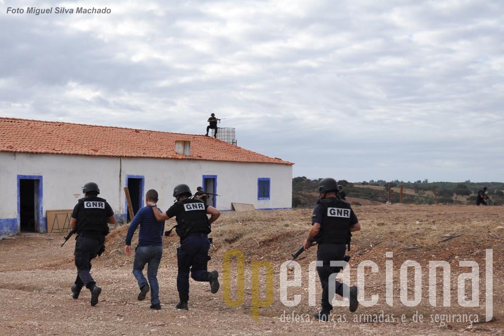 Militares da Guadra Nacional Republicana simulam a protecção a uma entidade que foi atacada...