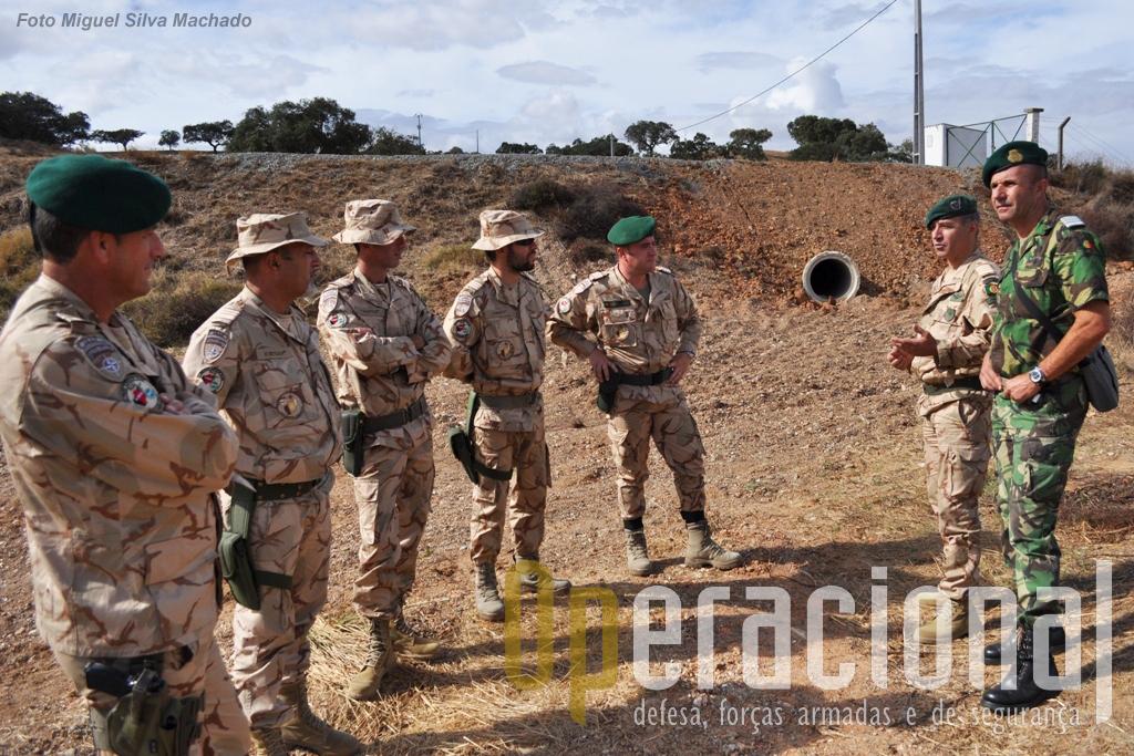 Militares do MAT. A próxima missão (a de Março de 2013) já está a ser preparada. O coronel Carlos Beleza (primeiro à direita) será o comandante desse MAT e veio trocar impressões com o coronel Manuel Esperança (segundo à direita), que comanda os assessores que agora partem.