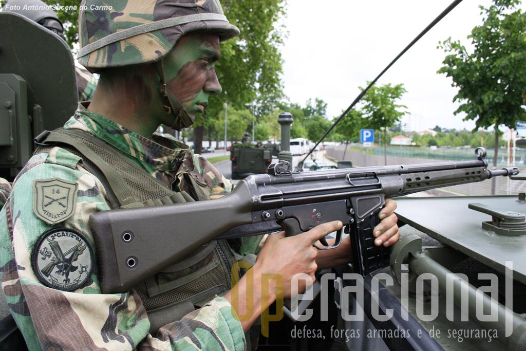 A espingarda automática G-3 7,62mm M/63, fabricada em Portugal sob patente da firma alemã Heckler & Koch (HK), já leva 50 anos de serviço.