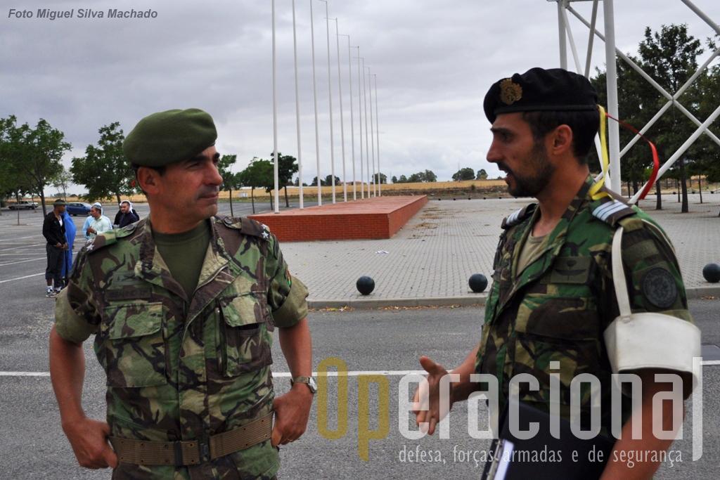 """O major-general Fernando Serafino, comandante da Brigada de Reacção Rápida, troca impressões sobre o incidente com o capitão Lopes, """"árbrito"""" da direcção do exercicio responsável por este incidente."""