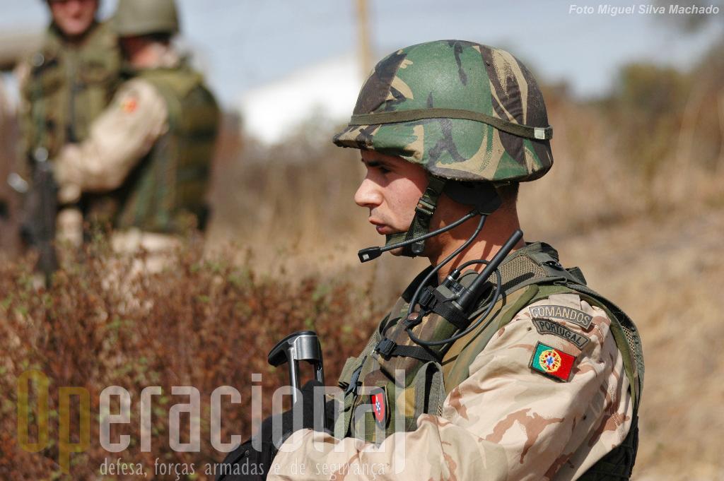 Estamos no Afeganistão há 10 anos. Mais de 2600 militares portugueses, dos três ramos das Forças Armadas e da Guarda nacional Republicana, já ali serviram. O 5.º Contingente nacional que tivemos o previlégio de acompanhar por algumas horas está de partida nos últimos dias de Outubro. Boa Missão!