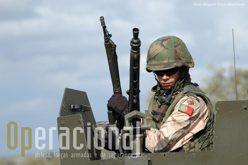 """Alguma coisa tem mudado para melhor (o uniforme ainda não é o """"multicam"""" - que alguns países da NATO já adoptaram - mas já não é o """"verde-europa""""), mas há coisas que teimam em não mudar. Não há """"batentes de exercicio"""" para metralhadoras ligeiras/pesadas e os da G-3 necessitam de algum """"artesanato"""" para não causar danos."""