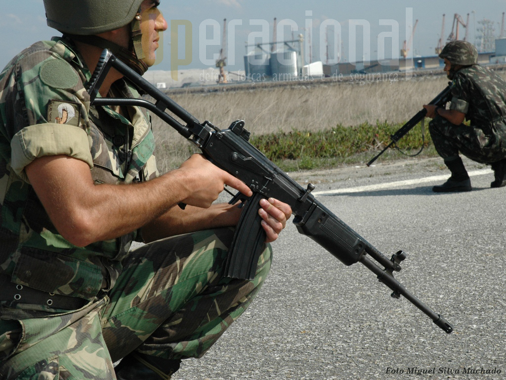 A espingarda automática Galil 5,56mm M/94, foi primeiramente adquirida pelos pára-quedistas da Força Aérea em 1979 (3.550 armas) as quais em 1994 foram transferidas para o Exército onde ainda servem, passados mais de 30 anos.