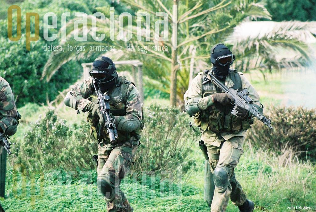 Elementos das Forças de Operações Especiais do Exército com a espingarda SIG 543 5,56mm, arma que também chegou a equipar os comandos. Ambas as forças preferem outras armas para operações reais, deixando-as para exercicios e/ou gunções honorificas.
