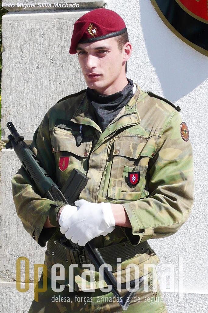 """Militar Comando na """"porta-de-armas"""" do Centro de Tropas Comando em Mafra em 2007."""