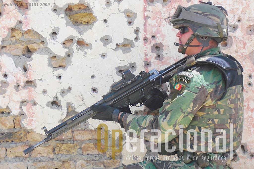 """Militar Comando no Afeganistão em 2009 usando a G-3 calibre 7,62mm. Foi neste teatro de operações que, pela primeira vez desde o fim da guerra em África (1975) os militares portugueses voltaram a estar, de modo continuado, anos após anos, em """"estado de guerra""""."""