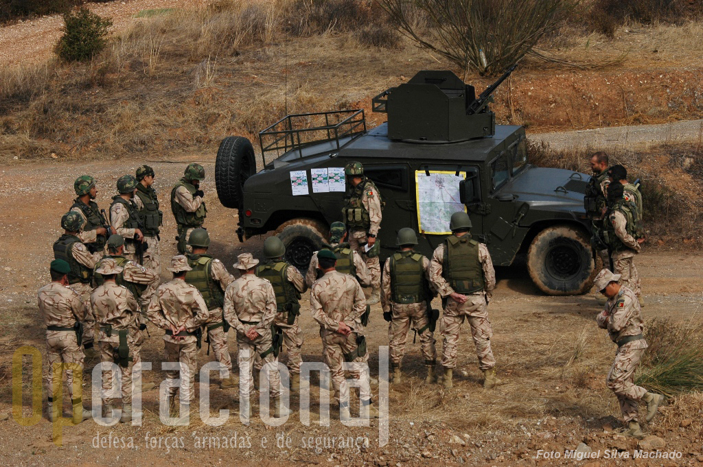 """Assim começou o deslocamento, o sargento Vieira a ministrar o """"briefing"""" de segurança a todos os envolvidos na coluna, independentemente do posto e função."""