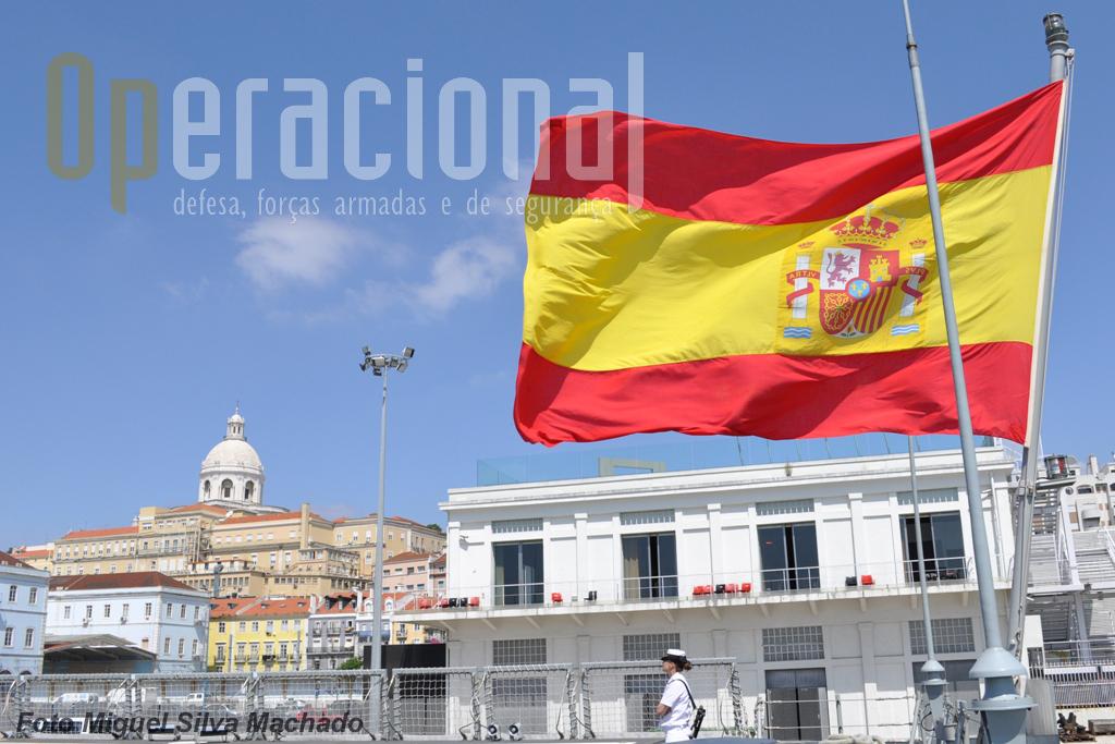 Navio da Armada espanhola em Lisboa. Portugal e Espanha são países aliados e amigos.