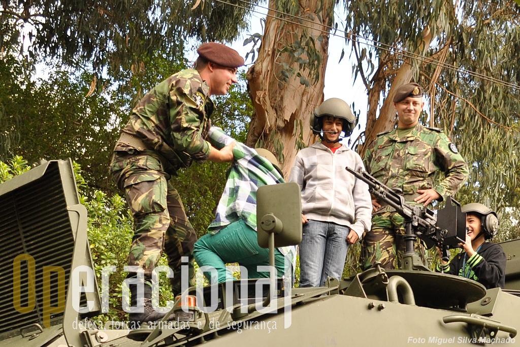 No dia que visitamos a exposição, um sábado à tarde, muitas familias trouxeram os mais pequenos para tomar contacto com os equipamentos militares.