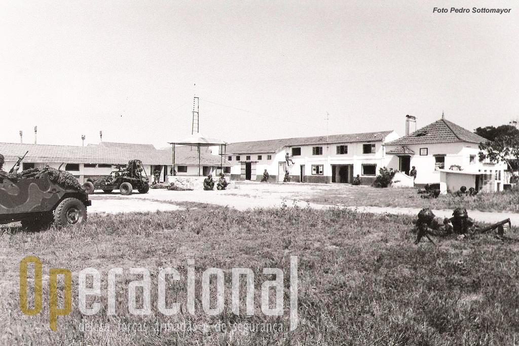 A zona de instrução para combate em áreas urbanizadas de S. Jacinto, muito completa e junto á pista de aviação do aeródromo era cenário frequente de exercicios e demostrações.