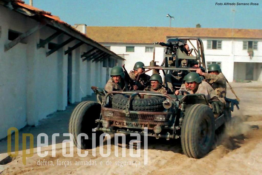"""As FAV modificadas em S. Jacinto tornaram-se um veículo com capacidade acrescida para estas missões """"relâmpago""""."""