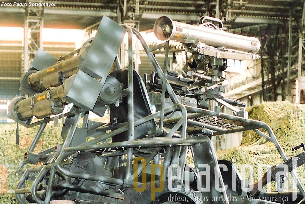 O posto de tiro Milan acolplado à FAV que passou também a ter capacidade para transportar munições para esta arma anti-carro.