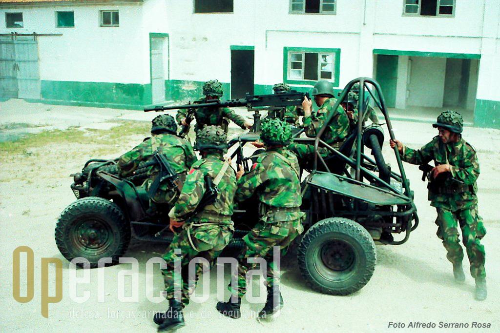Nesta sequência fotográfica é possivel ver como as equipas de assalto ou de apoio, se instalavam na viatura...
