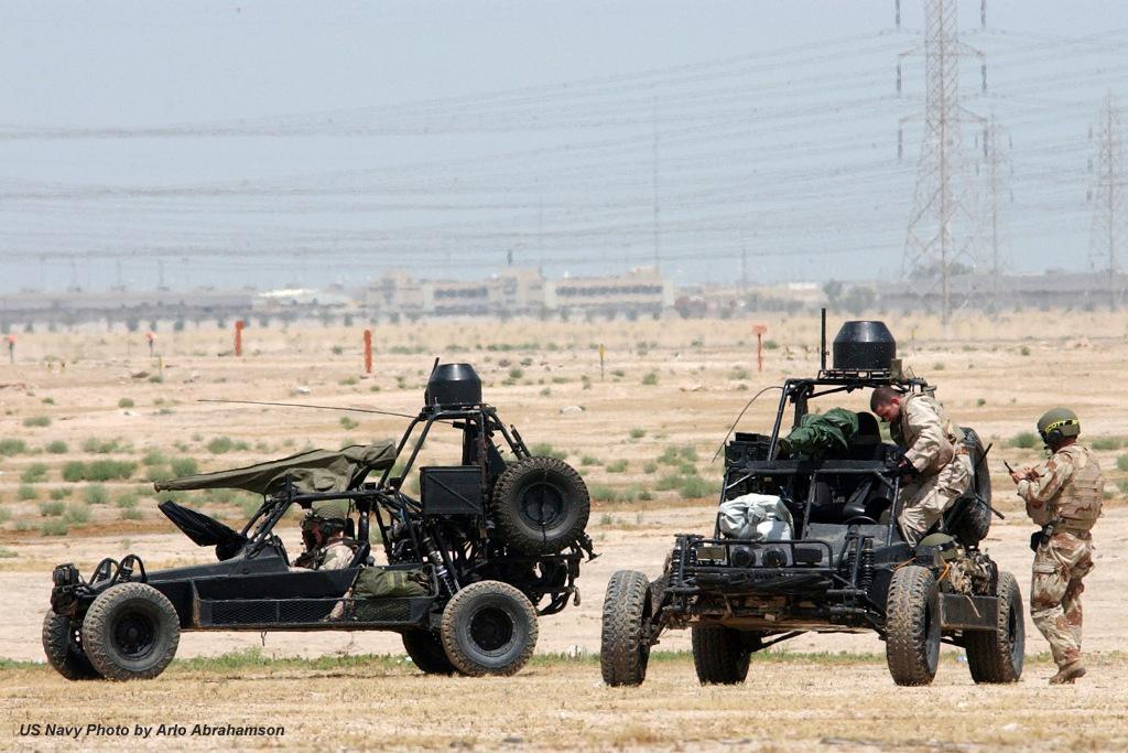"""Camp Doha, Kuwait em 2003. US Navy SEALs com os seus """"Desert Patrol Vehicles"""" em preparação para mais uma missão. Os SEALs usaram as suas """"FAV"""" em combate na 1.ª guerra do Golfo e depois, novamente no Iraque e Afeganistão, tendo sido divulgada pelo menos uma importante acção dos M1040 Chenowth DPV do SEAL """"team four"""", em 2002 na região de """"Tarnak Farms Two"""" neste último país."""