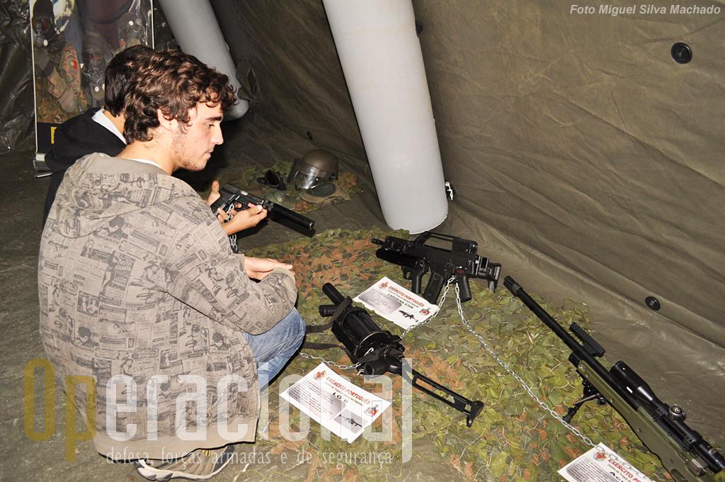 """As armas ligeiras do Centro de Tropas de Operações Especiais eram uma tentação para os jovens, fãs quase certos dos """"Call of Duty"""", """"Medal of Honor"""" e outros video-jogos do género."""