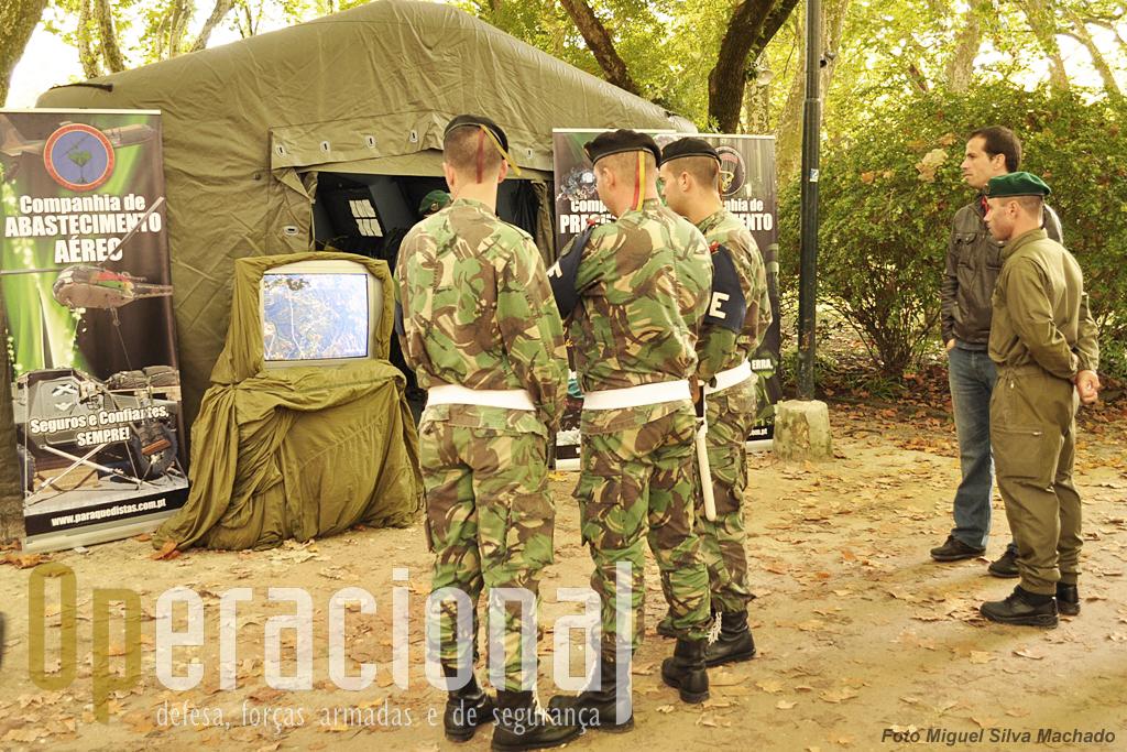 """A tenda da componente aeroterrestre da Brigada de Reacção Rápida. No monitor """"passava"""" um filme da autoria do nosso colaborador Alfredo Serrano Rosa, dedicado aos """"falcões Negros"""", a equipa de pára-quedismo do Exército."""