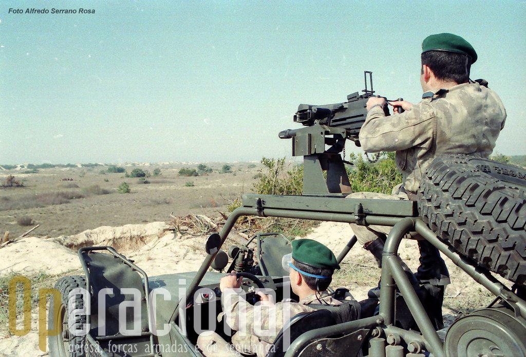Os LGA Mk19 mod.3 de 40mm chegaram aos pára-quedistas em 1990. Tinham um peso de 33 Kg e um alcance de 2.212m. Não havia à data armas deste tipo em Portugal.