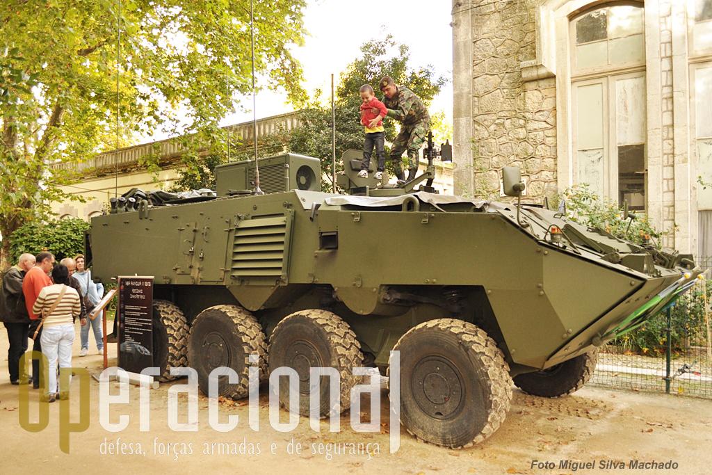 """A PANDUR II 8X8 """"Comando, Controlo e Comunicações"""", que de distingue bem pelo sistema de ar-condicionado no topo..."""