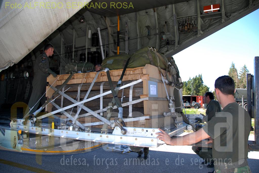 Depois de preparada e inspecionada, a carga é colocada dentro da aeronave para posterior lançamento.