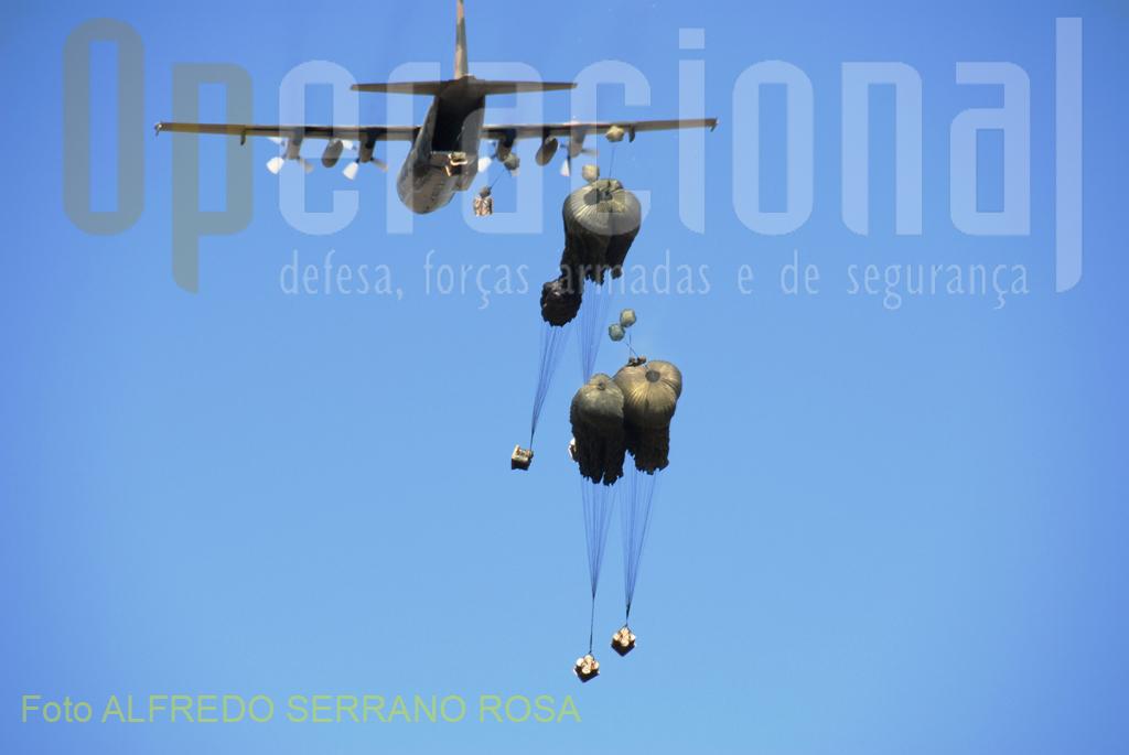 O lançamento de cargas a partir de aeronaves em voo proporcionam sempre imagens de grande espetacularidade.