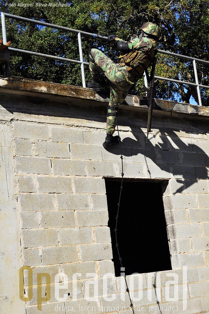 ...mesmo que na prática o seu uso seja bem mais duro do que possa parecer. O oficio de militar exige muito boa condição fisica.