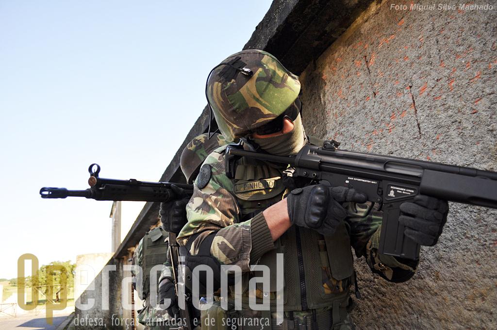 """O militar na frente usa uma arma """"airsoft"""" para efectuar disparos sobre alvos no interior do """"laboratório"""" e tem acoplada no capacete uma câmara de video..."""