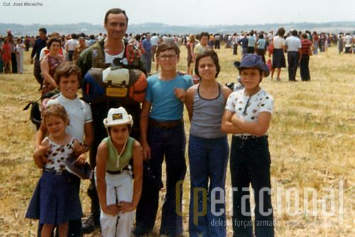 À esquerda os dois filhos do tenente PILAV Orlando Bettencourt. À minha esquerda os meus dois lilhos
