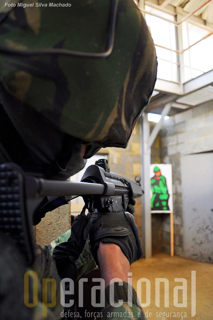 """Em algumas divisões há """"inimigos"""" que devem ser neutralizados com disparos """"airsoft""""."""