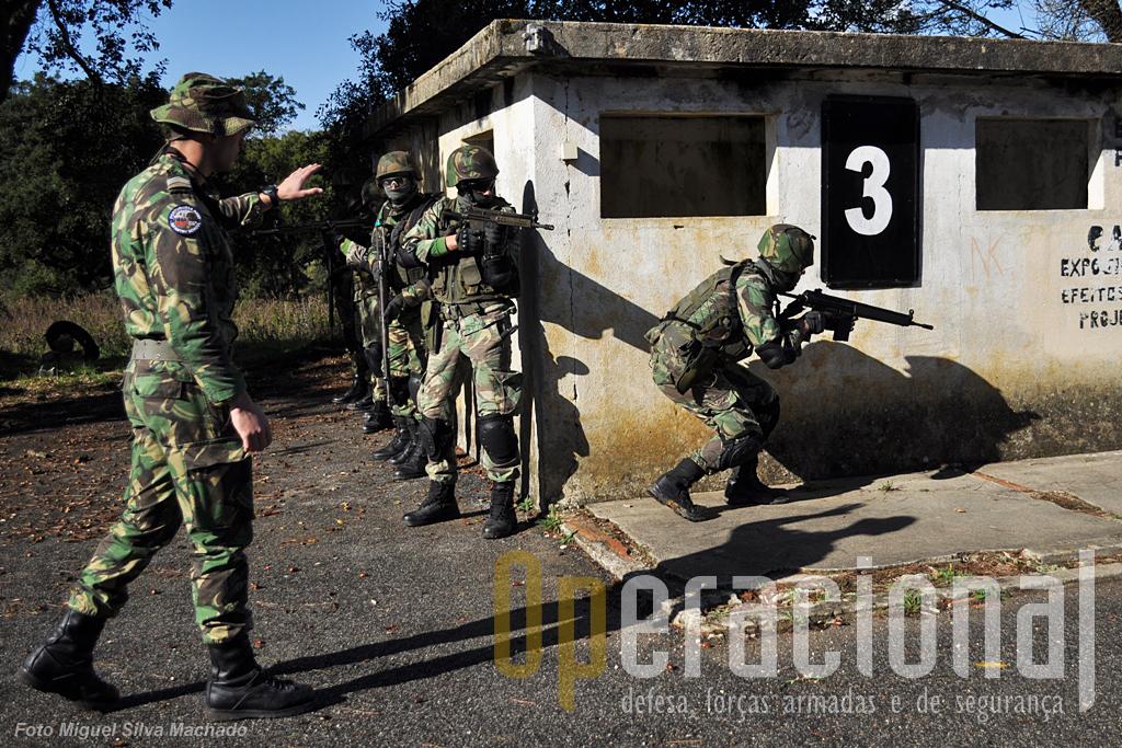 Como muitasd outras áreas do saber militar, também o combate em áreas edificadas exige, doutrina adequada e treino exigente, além de equipamento adequado...