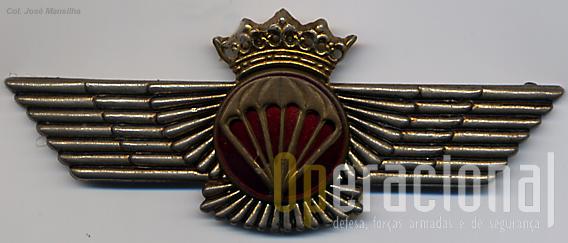 """O """"brevet""""  de pára-quedista militar espanhol (governo de Franco, hoje ostenta a coroa Real)."""