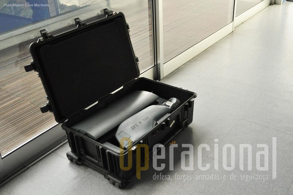 O AR4 num contentor para transporte administrativo. O transporte táctico faz-se numa mochila (100l).