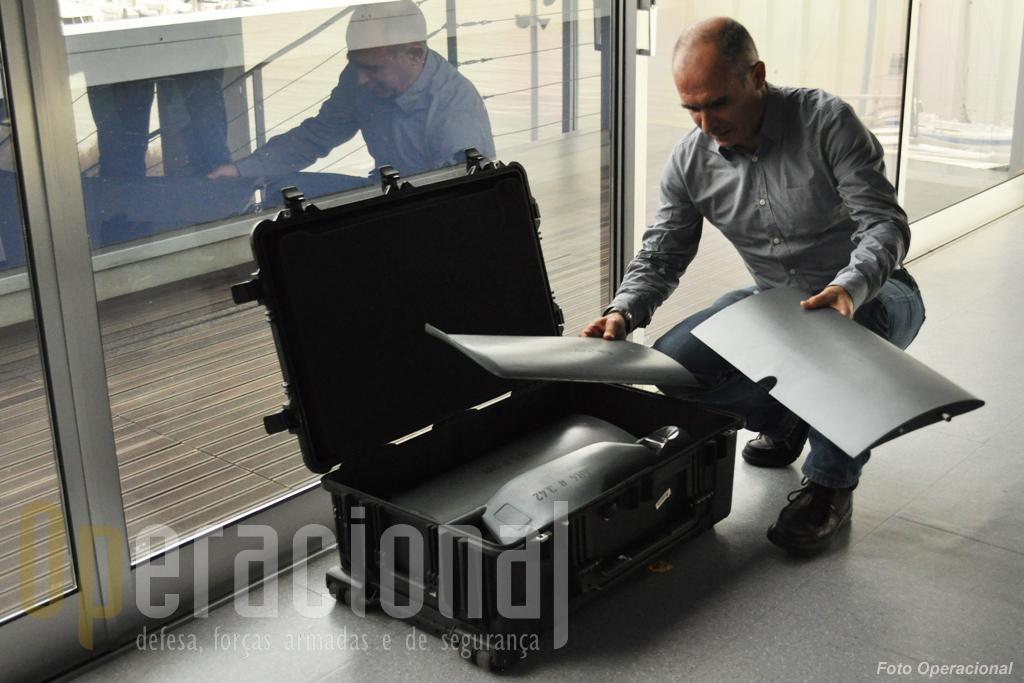 """Para provar a facilidade de montagem do aparelho a empresa resolveu """"encarregar"""" o Operacional - que nunca tinha visto o equipamento - de o montar..."""