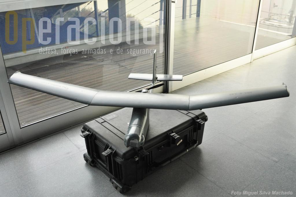 180 cm de envergadura, 140 cm de comprimentos e 5 Kg de peso. Capaz de transportar 2 Kg de carga, tem um alcance de 20Km e uma autonomia de 2 a 3 horas.