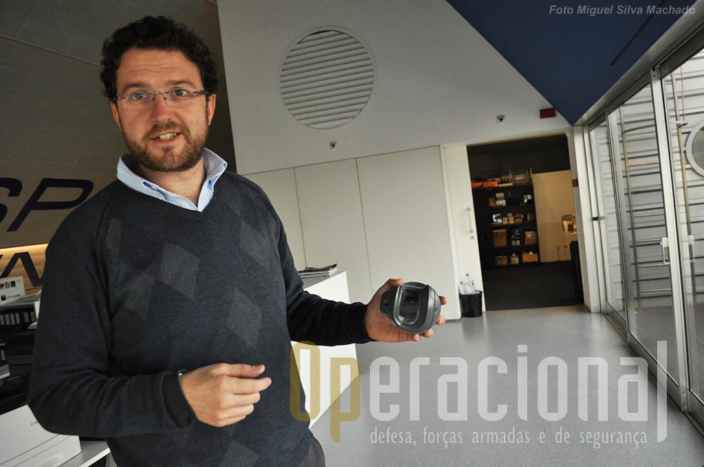"""Ricardo Mendes mostra-nos o """"gimbal"""", fabricado pela empresa mas que integra sensores dos mais variados, adquiridos nas firmas especializadas."""