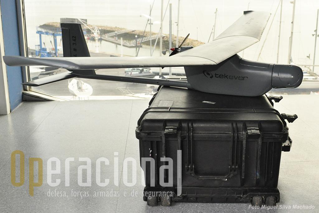 """Uma das finalidades actuais do trabalho no AR4 (e nos seguintes UAV's da empresa) é a simplificação ao máximo do trabalho dos operadores na """"ground station"""", das quais há duas versões, uma mais completa e outra um simples """"tablet""""."""
