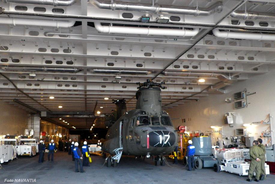 A imagem permite avaliar as dimensões do hangar, capaz de abrigar helicópteros CH-47 Chinook sem as pás dos rotores.