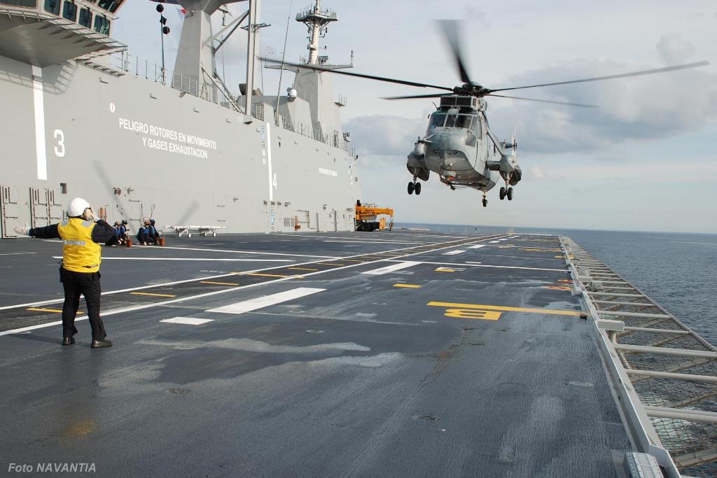 Helicóptero SH-3D da Marinha espanhola preparando-se para pousar no convoo.