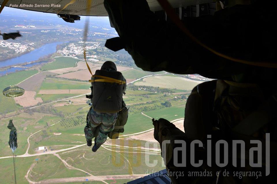 Salto de abertura automática a partir de aeronave C-295M. Nesta missão os saltos efectuaram-se pela rampa, o que tem particularidades diferentes dsa saida pelas portas laterais, ou apenas por uams das destas portas, seja neste tipo de avião seja no C-130. Cada caso é um caso e todos têm que ser treinados.