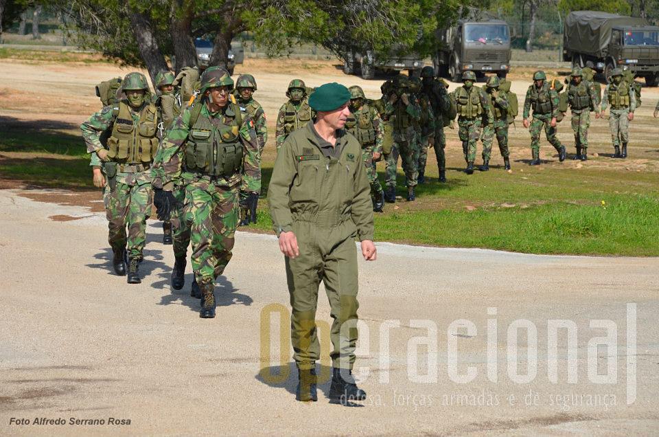 O sargento do BOAT conduz os militares do 1.ºBIPara, já carregando os conjuntos de pára-quedas (principal e reserva), para o local de equipar. O comandante do batalhão segue na frente, salta com o seu batalhão.
