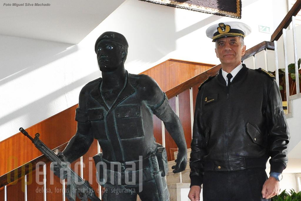 """O Corpo de Fuzileiros tem como um dos seus lemas """"no mar e em terra quando e onde necessário"""". Assim foi no passado nas campanhas de África, assim é hoje com as missões no Afeganistão e no Índico, ou nos mares da Guiné-Bissau. Assim será no futuro, garante o Contra-Almirante Picchioci, os fuzileiros de hoje estão à altura dos seus antepassados."""